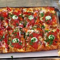 Foto scattata a Descendant Detroit Style Pizza da Lorraine S. il 6/11/2017