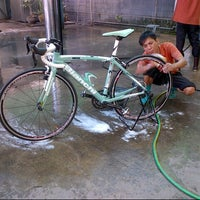 Photo taken at Bee Wash Car Detailing (บี วอช) by Moo Sakchai T. on 4/27/2013