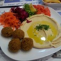 2/13/2013 tarihinde Tuncay U.ziyaretçi tarafından Falafel House'de çekilen fotoğraf