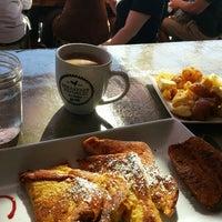 Foto scattata a Breakfast Republic da Laurie B. il 11/8/2015
