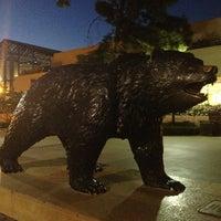 รูปภาพถ่ายที่ UCLA Bruin Statue โดย Yusi X. เมื่อ 3/23/2013