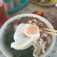 Photo taken at Kedai Kopi Laksa 叻沙茶餐室 by Peter Jr J. on 11/20/2015