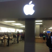 Photo taken at Apple Rideau by Ryosuke A. on 10/9/2012