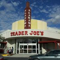 Снимок сделан в Trader Joe's пользователем Hanh 12/22/2012