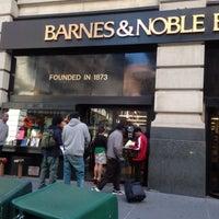 Foto scattata a Barnes & Noble da Jae R 💂 il 9/17/2013