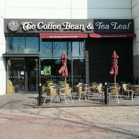Photo taken at The Coffee Bean & Tea Leaf by DENNIS W. on 4/11/2013