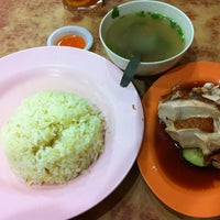 Photo taken at Nasi Ayam Hainan Chee Meng by Dian P. on 3/10/2013