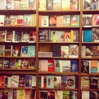 รูปภาพถ่ายที่ St. Mark's Bookshop โดย Jane Lilly W. เมื่อ 7/16/2013