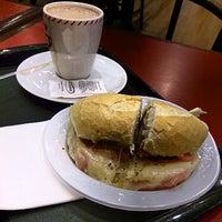 Foto tirada no(a) Bom Senso Café por Vitor F. em 12/19/2013
