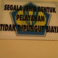 Das Foto wurde bei Kantor Pelayanan Pajak Pratama Mataram Barat von Dwi M. am 4/4/2013 aufgenommen