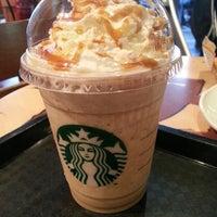 Снимок сделан в Starbucks пользователем Carlos R. 5/12/2013