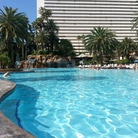 Photo prise au The Mirage Pool & Cabanas par Claude T. le4/22/2013