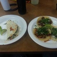 Das Foto wurde bei Tacos La Banqueta von Russell H. am 1/2/2015 aufgenommen