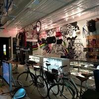 Foto scattata a Bici Showroom & Cyclery da Matthew M. il 11/21/2012