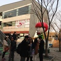 Photo taken at 딸기가 좋아 - 딸기 스페이스 by Han Seok K. on 3/9/2013