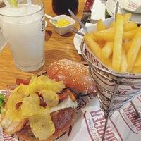 Foto tomada en New York Burger por Diana O. el 10/9/2016