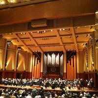 Foto tirada no(a) Benaroya Hall por Nancy L. em 3/17/2013