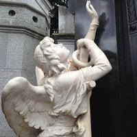 Foto tirada no(a) Cemitério da Recoleta por Tara W. em 11/23/2012