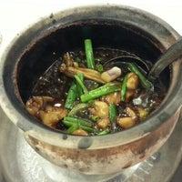 Photo taken at 狮城芽笼九巷活田鸡 Restoran Geylang Lor9 Fresh Frog Porridge (PJ) by Melv on 3/18/2016
