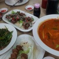 Photo taken at Ghee Seng Tomyam Seafood by Melv on 10/23/2012