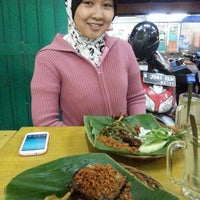 Photo taken at Bebek Goreng Kremes Monggo by Wiranto E. on 4/19/2015