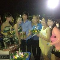 Photo taken at ร้านเจ๊จอย ริมน้ำ by E-Nu K. on 11/28/2012