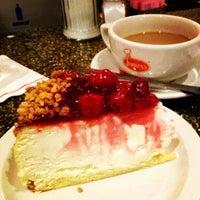 Foto tomada en Junior's Restaurant & Bakery por Michelle el 10/13/2012