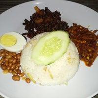 Photo taken at Kafeteria Bangunan Sultan Iskandar by Larling Q. on 3/24/2013