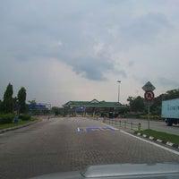 Photo taken at Plaza Tol Yong Peng (Utara) by Mohd Faiz M. on 8/30/2013