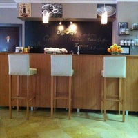 รูปภาพถ่ายที่ W Cafe Brasserie โดย KORAY E. เมื่อ 2/11/2013