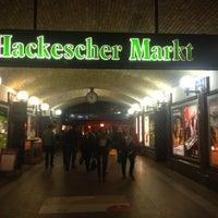 Das Foto wurde bei Hackescher Markt von Sezen am 10/19/2012 aufgenommen