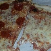 Foto scattata a Lover's Pizza & Pasta da Lisa E. il 10/30/2013