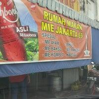 Photo taken at Mie Jakarta 69 Peterongan by Nurhendro P. on 6/19/2016