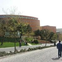 Das Foto wurde bei Üniversite Meydanı von Ömer Fadıl U. am 4/6/2013 aufgenommen