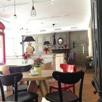 Снимок сделан в Кофейный дом LONDON пользователем Cathrine D. 7/19/2013