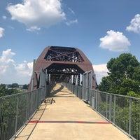 Foto tomada en Clinton Presidential Park Bridge por Chris G. el 7/6/2018