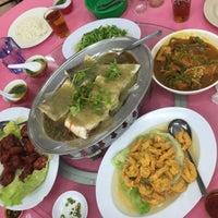 Foto diambil di Sam Yu Seafood Restaurant (三有海鲜饭店) oleh Carmen Hiew pada 11/23/2014