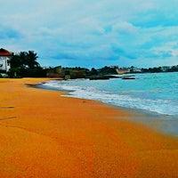 Photo taken at Praia da Direita by Fabio Rizzi De Martin R. on 8/30/2014