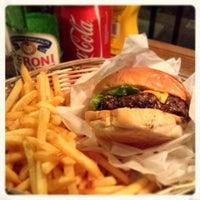 9/9/2013 tarihinde Giuliano B.ziyaretçi tarafından Tommi's Burger Joint'de çekilen fotoğraf