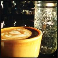 Das Foto wurde bei Houndstooth Coffee von Happy M. am 10/30/2012 aufgenommen