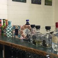 รูปภาพถ่ายที่ Woodland Hills Wine Company โดย Ernesto (Tequila Man) A. เมื่อ 7/27/2018