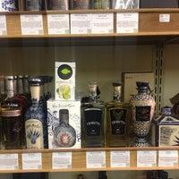 รูปภาพถ่ายที่ Woodland Hills Wine Company โดย Ernesto (Tequila Man) A. เมื่อ 12/12/2013