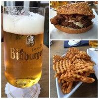 Das Foto wurde bei who's that burger von Chris am 9/4/2015 aufgenommen