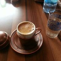 Das Foto wurde bei Mehreb Cafe von Onur K. am 4/7/2013 aufgenommen