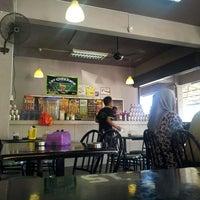 Photo taken at Restoran Tat Nasi Ayam by Ekin on 4/16/2013