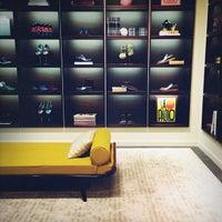 Das Foto wurde bei Louis Vuitton von Nicole F. am 9/12/2013 aufgenommen