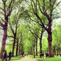 รูปภาพถ่ายที่ Green Park โดย Leslie F. เมื่อ 6/1/2013