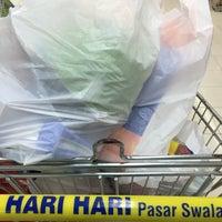 Photo taken at Hari Hari Pasar Swalayan by Dewono S. on 1/10/2016