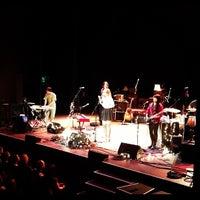 Das Foto wurde bei Moore Theatre von Kenny L. am 10/19/2012 aufgenommen