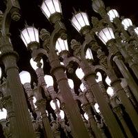 10/7/2012 tarihinde Trevor H.ziyaretçi tarafından Urban Light at LACMA'de çekilen fotoğraf